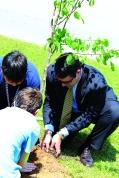 Mayor Wukela helps students plant trees